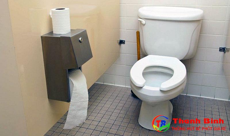 Bồn cầu bị tắc do nghẹt giấy vệ sinh