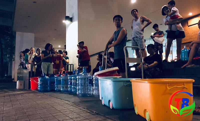 Người dân chờ lấy nước sạch