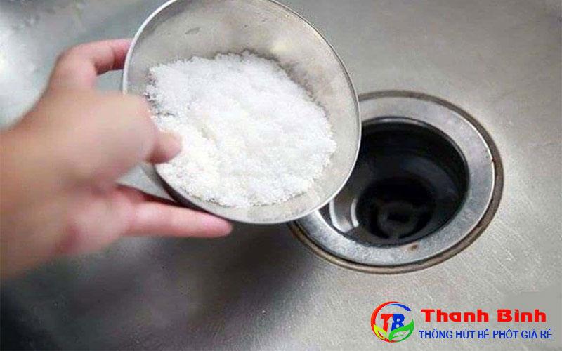 Cách thông cống rãnh bằng muối